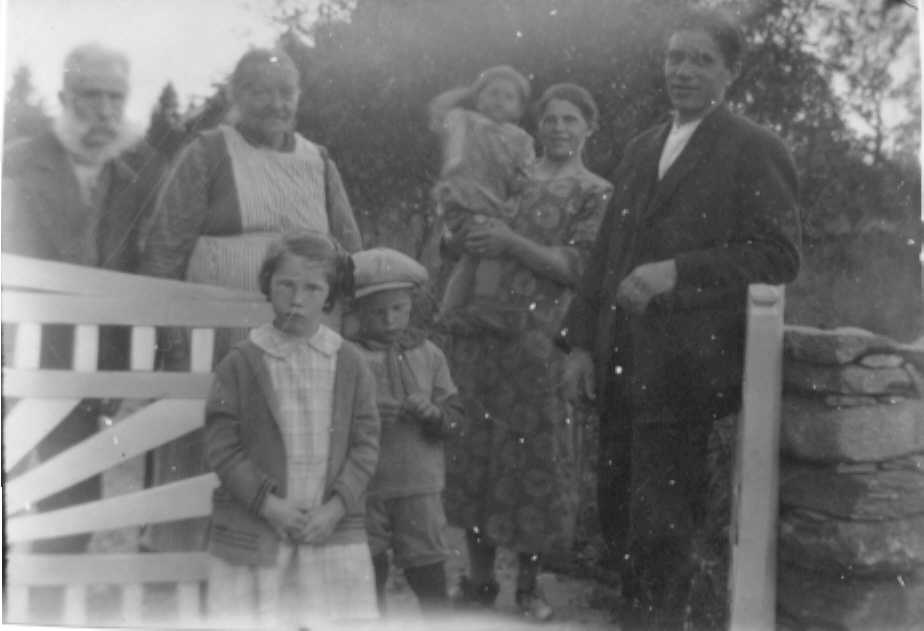 johansson,_wilhelm_och_lotta_samt_erik_w_och_anna_med_familj.jpg